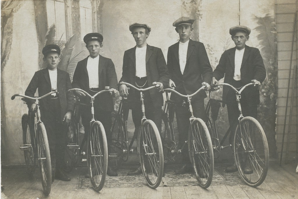 Kameratgjeng med nye syklar i 1913. Frå venstre Nils P. Aarrestad, Bernt Taksdal, Petter O. Årrestad, Sven A. Undheim og Trygve Taksdal.