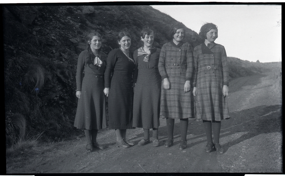 Barna fotografert på kraftstasjonen på Fotland. Frå venstre  Berta Sivertsen g. Undheim (1919 - 2002), Borghild Petrea Sivertsen g. Seim (1914 - 1999), Gudrun Sivertsen g. Braut (1916 - 1990), Ester Netland g. Frøyland (1921 - 2010) og Karen Sofie Netland g. Herikstad (1920 - 2012)