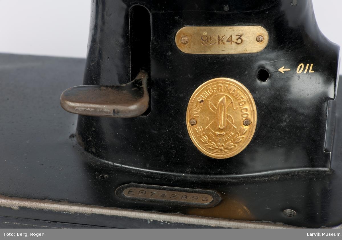 Serienr. ED742893, messingplate med ant. type nr.95K43, 10 punkter for påfylling av olje, OIL skrevet i gull, oppå og front har noe utydelig skrift, bak står det Singer, det er en bordmaskin