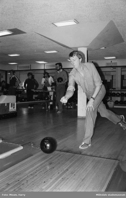 """Bowlingens dag arrangeras i Kållereds bowlinghall, år 1984. """"Willy Sjöstedt, Kållered.""""  För mer information om bilden se under tilläggsinformation."""