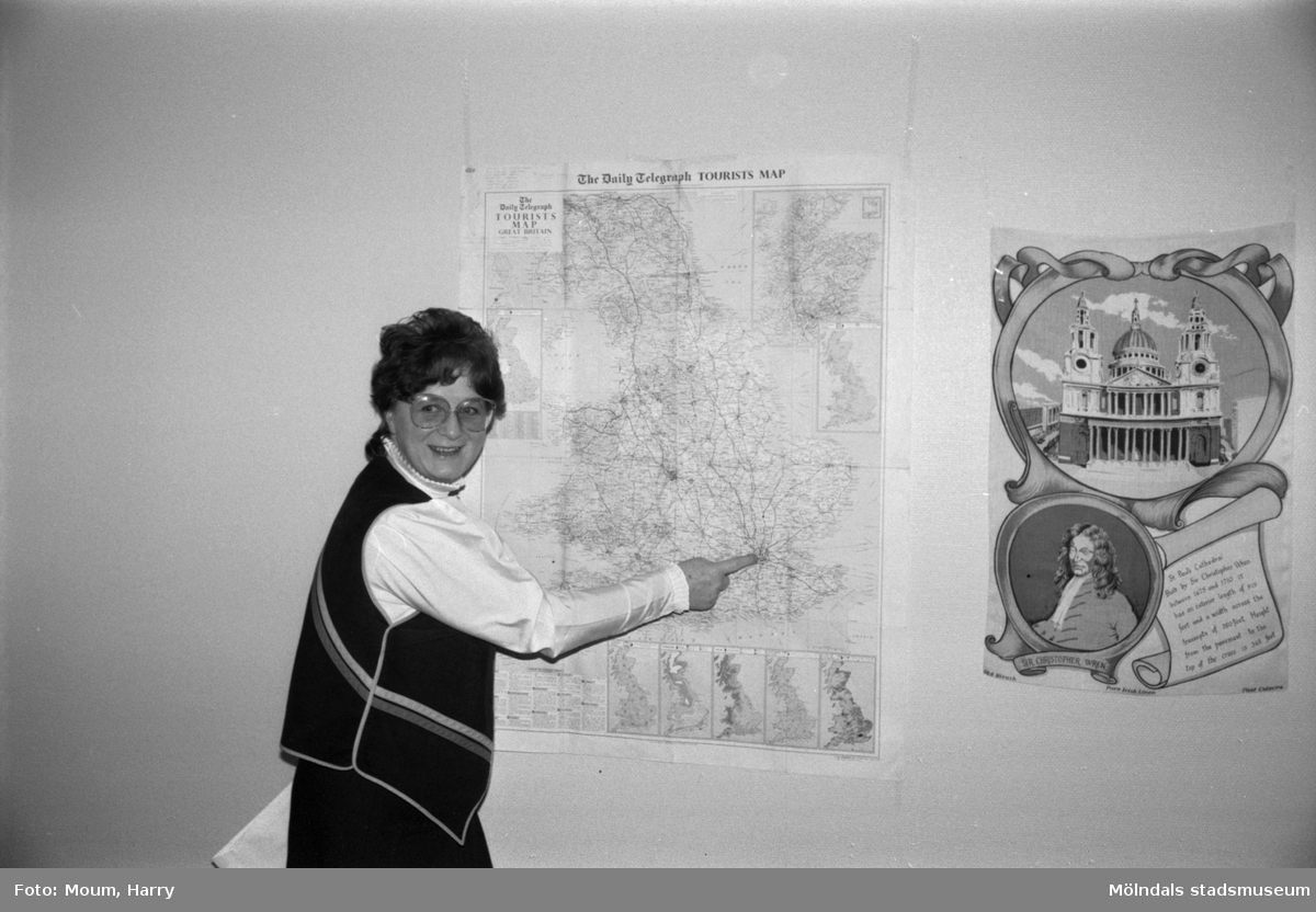 Körledare Eva Karlsson pekar ut London på en karta, år 1984.  För mer information om bilden se under tilläggsinformation.