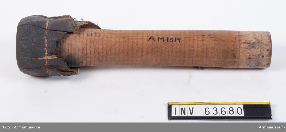 """Grupp F II. Till 33 cm (13"""") bomber, slaget och förkappat för år 1812 i Sverige införda engelska framladdningsmörsare."""