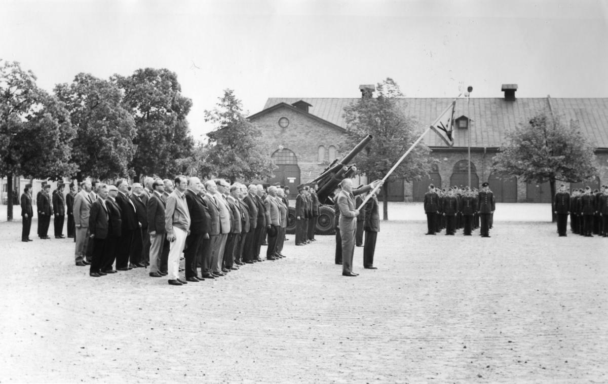 Kamratföreningen med standar, A 6. Standarförare Per Lundin.