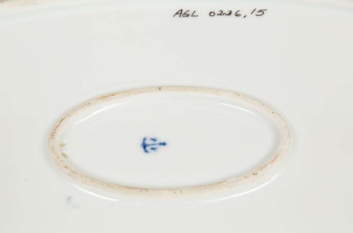 Ovalt. Service i flere deler til middag og kaffe, serveringsdeler. Mønsteret heter Blåveis og er tegnet av Gerhardt Munthe for PP. Det ble ikke gitt navn bare prod.nr. og modellnr. HG's servise er tydeligvis samlet gjennom en lengre periode, og er fra PP-produksjon fra 1887/89 til etter 1911.