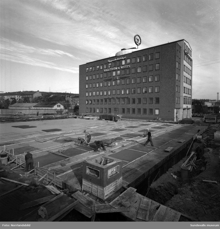 Hallström & Nisses bygger ut huvudkontoret vid Landsvägsallén i vinkel mot Parkgatan. Mark- och grävarbeten är i full gång.