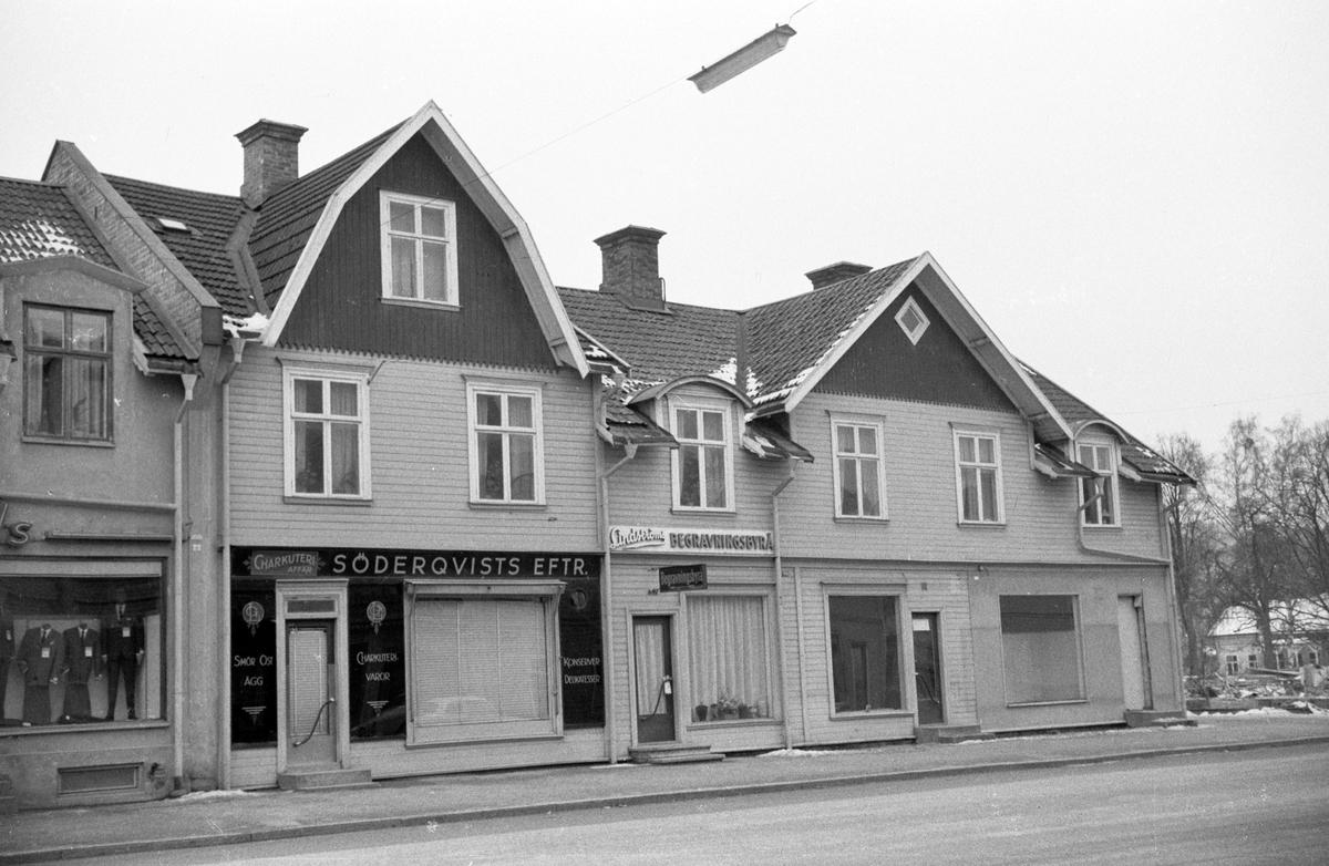 Hus vid Rosenborgsgatan i Huskvarna. En charkuteriaffär Söderqvists eftr. och Lindströms begravningsbyrå i markplan med bostäder på ovanvåningen.