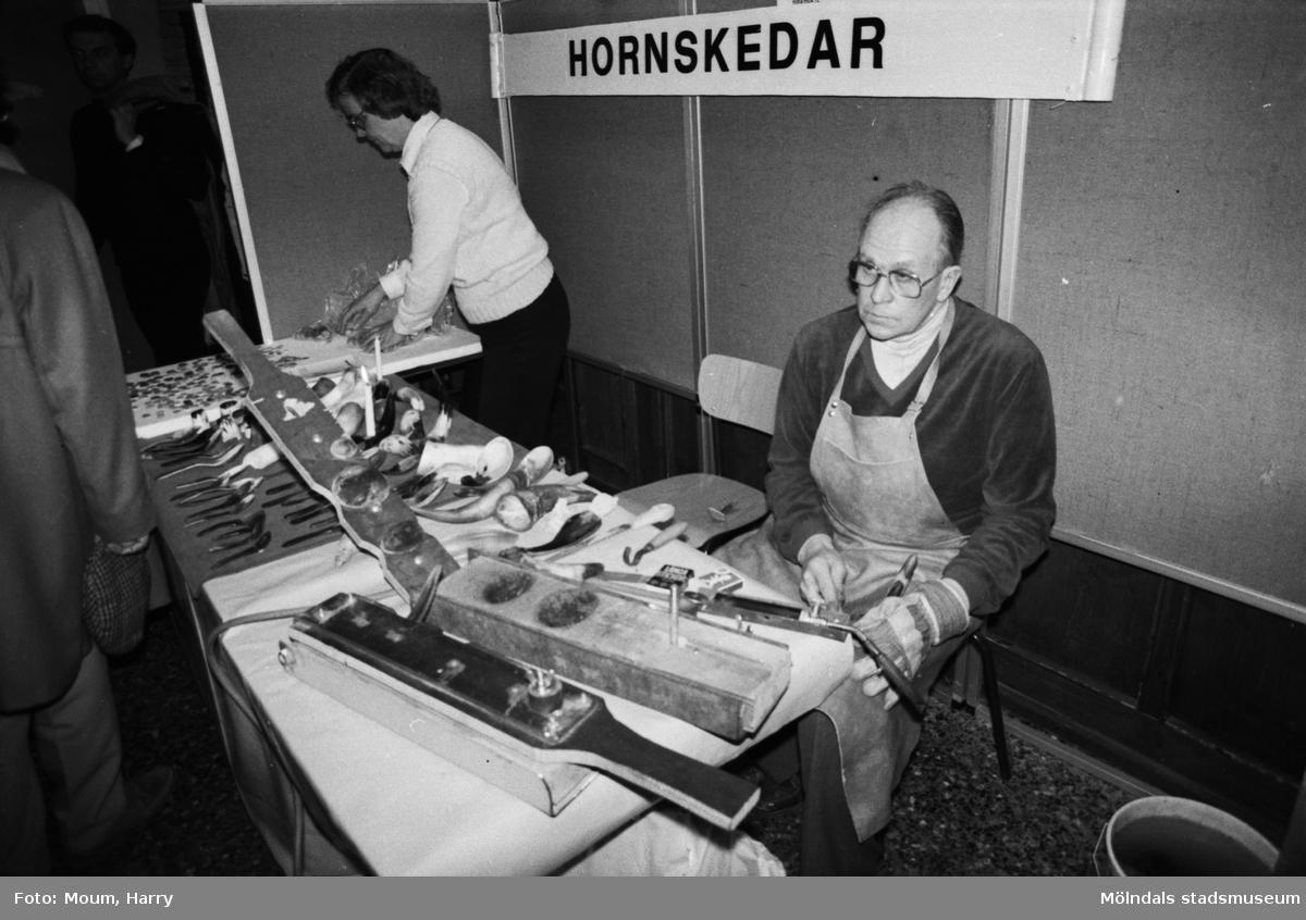 Lindome kulturdagar på Almåsgården i Lindome, år 1984. Hornslöjd.  För mer information om bilden se under tilläggsinformation.