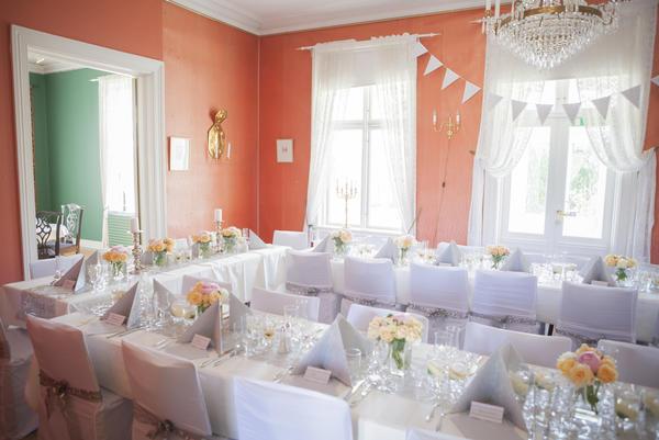 Stue med hesteskoformet bord dekket til bryllupsmiddag.. Foto/Photo