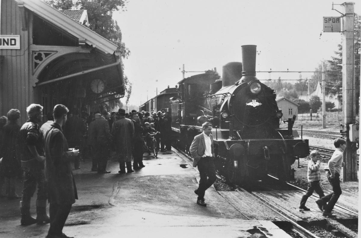 A/L Hølandsbanens veterantog til Krøderen har ankommet Vikersund stasjon. Toget trekkes av damplokomotiv 18c 245.