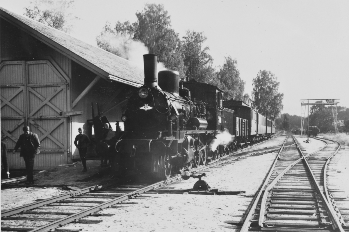 A/L Hølandsbanens veterantog har ankommet Krøderen stasjon og står her utenfor godshuset. Toget trekkes av damplokomotiv 18c 245.