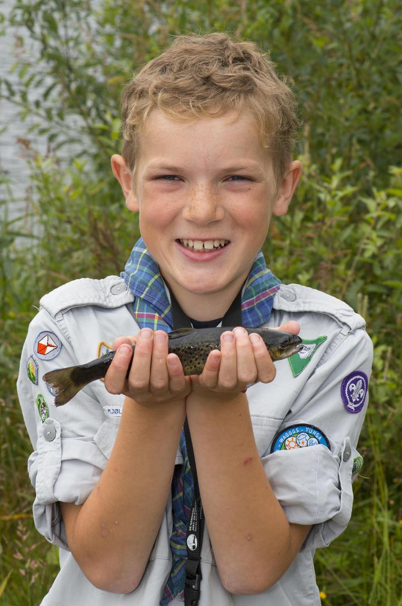 Gutt med ørret fra fiskedammen på Prestøya 6/8 2015