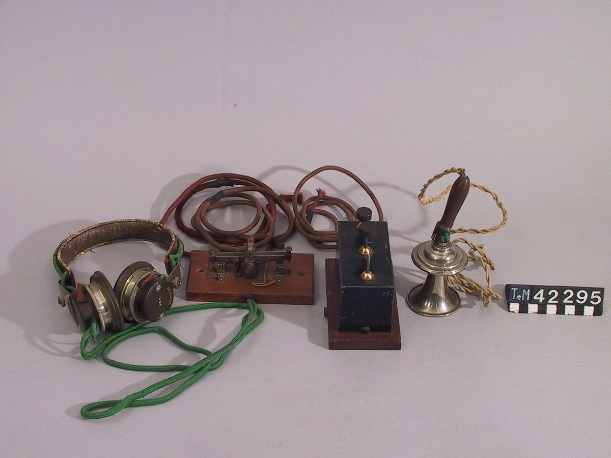 Telegrafon för inspelning av ljud magnetiskt på tråd. Sju detaljer bl a hörtelefon, mikrofon, manöverorgan.