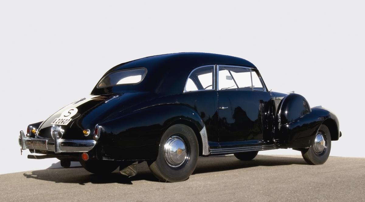 Tvådörrars fyrasitsig täckt personbil. Ursprungligen en cabriolet ombyggd av Nordbergs Vagnfabrik, Tegnérgatan, Stockholm men under okänt år försedd med plåttak, likt karosstypen operakupé. Hydrauliska bromsar. Registreringsnummer A22607.  V8-sidventilmotor Effekt 135 hk vid 3 400 varv/minut Tre växlar och backväxel