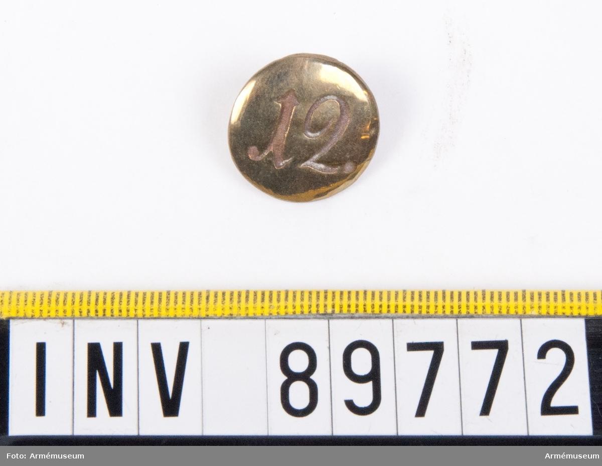 Grupp C. En knapp med siffran 12.