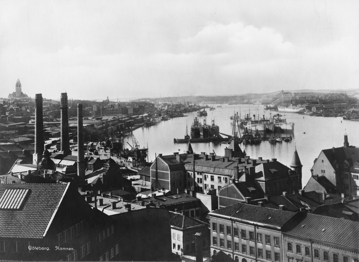 Vy över Göteborgs hamn. Till vänster Skeppsbron och Masthugget, till höger Hissingen med Götaviken.