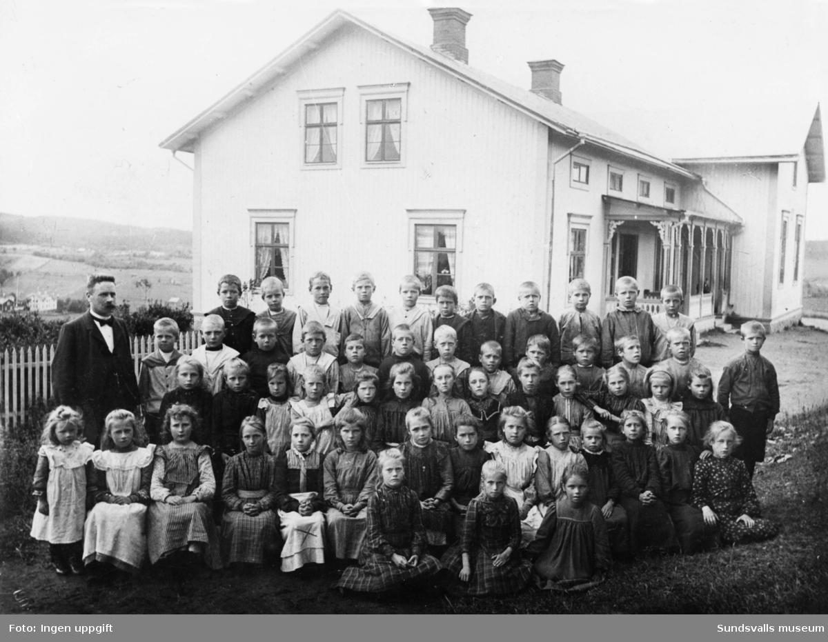 Klassbild framför Kyrkskolan i Skön. Alfrida Pettersson (född 1894) sitter i fämsta raden som 5:e fr vänster.
