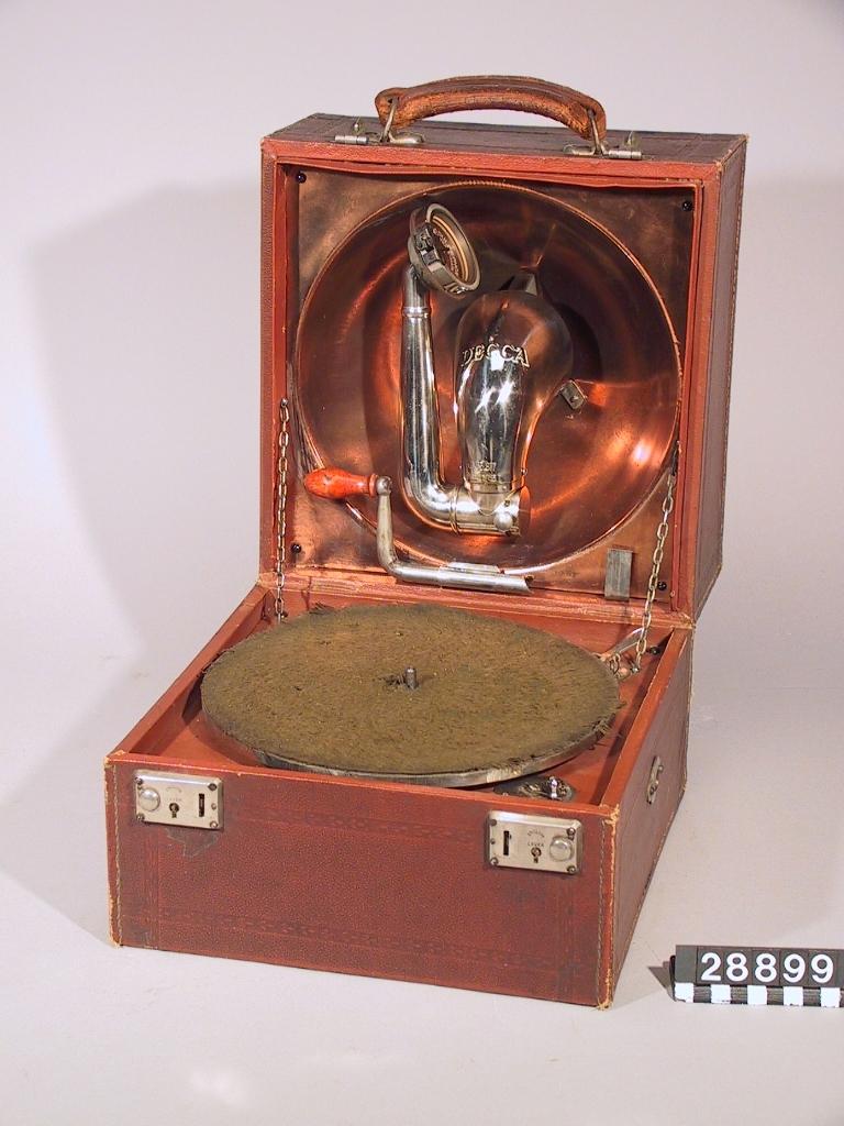 """Resegrammofon """"Decca"""". Med tratt inbyggd i locket. Ljuddosa Ducephone, Schweiz."""