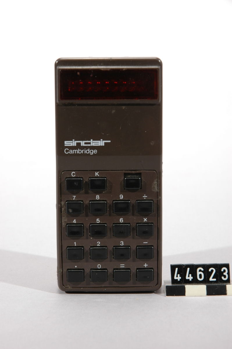 Sinclair Cambridge (typ 1)  infördes sommaren 1973, och var den första i en rad av ett dussin modeller och varianter 8 siffror, LED röda. 4-funktioner, Har [C] och [K] (konstant) funktion. 4x AAA. batterier Integrerad krets - General Instruments Microelectronics GI-C550, Skalet har en blank yta, med en sämre kvalitets gjutning än vanligt för Sinclair. Den huvudsakliga chipet är en dyrare keramisk typ