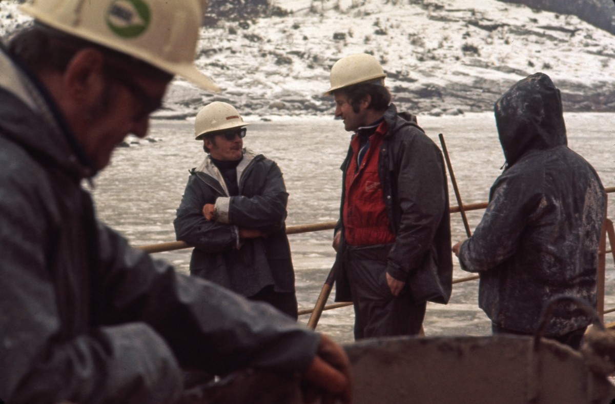 Mannskap på dekk under kornlastingen av M/S 'Vikara' (b.1973, Mitsubishi Heavy Industries Ltd., Kobe, Japan), på Newfoundland.