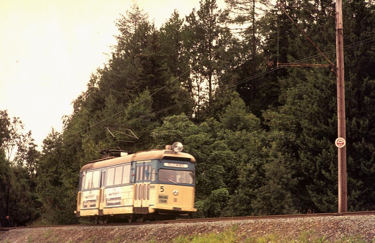 Trondheim Sporvei vogn 30 på Gråkallbanen ved Munkvoll.