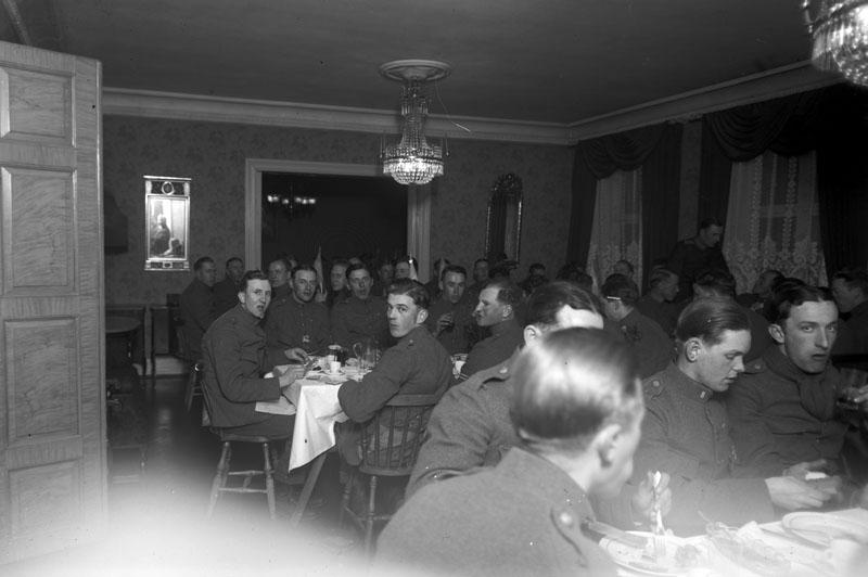 Ätande soldater i elegant rum restaurang ? Stadt ? Saarbataljonen.