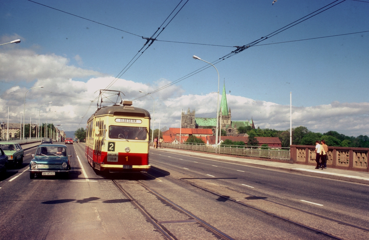 Elgeseter bro med sporvogn og Nidarosdomen i bakgrunnen. Trondheim Sporvei vogn nr. 1 i fargene til Trondheim Trafikkselskap.
