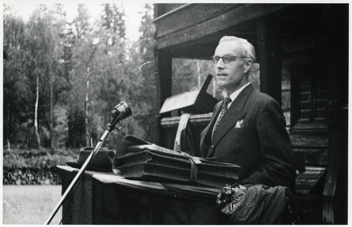 Bildet viser sogneprest i Øystre Slidre (1910 - 1987), Herman Ditlev Kvarving.