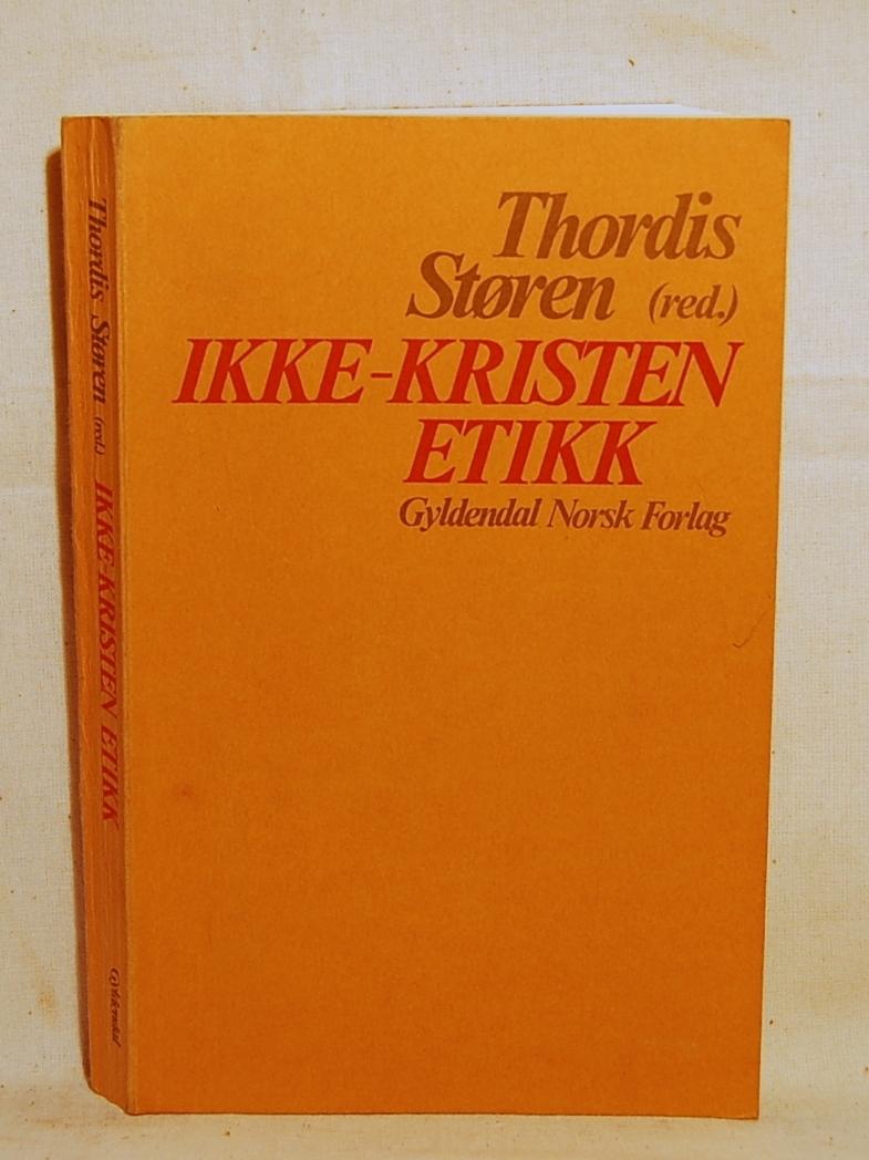 Filosofen Peter Wessel Zapffe og hans kone Berit testamenterte sin eiendom på Båstad i Asker til Universitetet i Oslo. Da det ble besluttet å selge eiendommen i 2009 ble deler av P.W. Zapffes arbeidsrom og andre eiendeler overlatt til Asker Museum. Denne samlingen inngår nå som en permanent utstilling på museet. Bok med oransje omslag