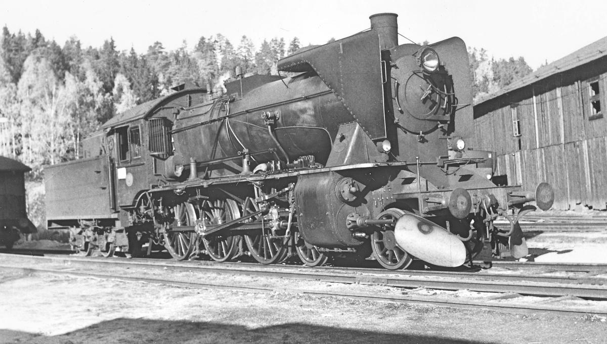 Damplokomotiv 45a nr. 2 utenfor lokstallen på Hønefoss.