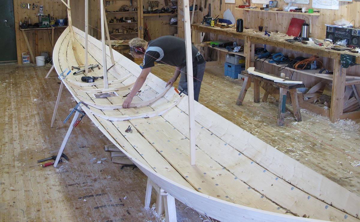 En lang og smal båt.