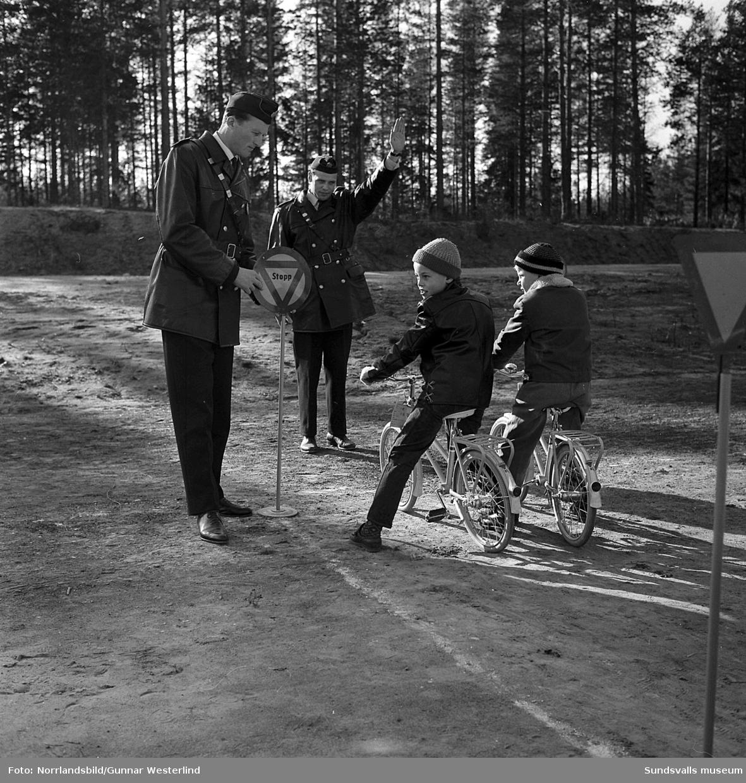 Polisen har trafikundervisning med cyklande barn. Okänd ort.