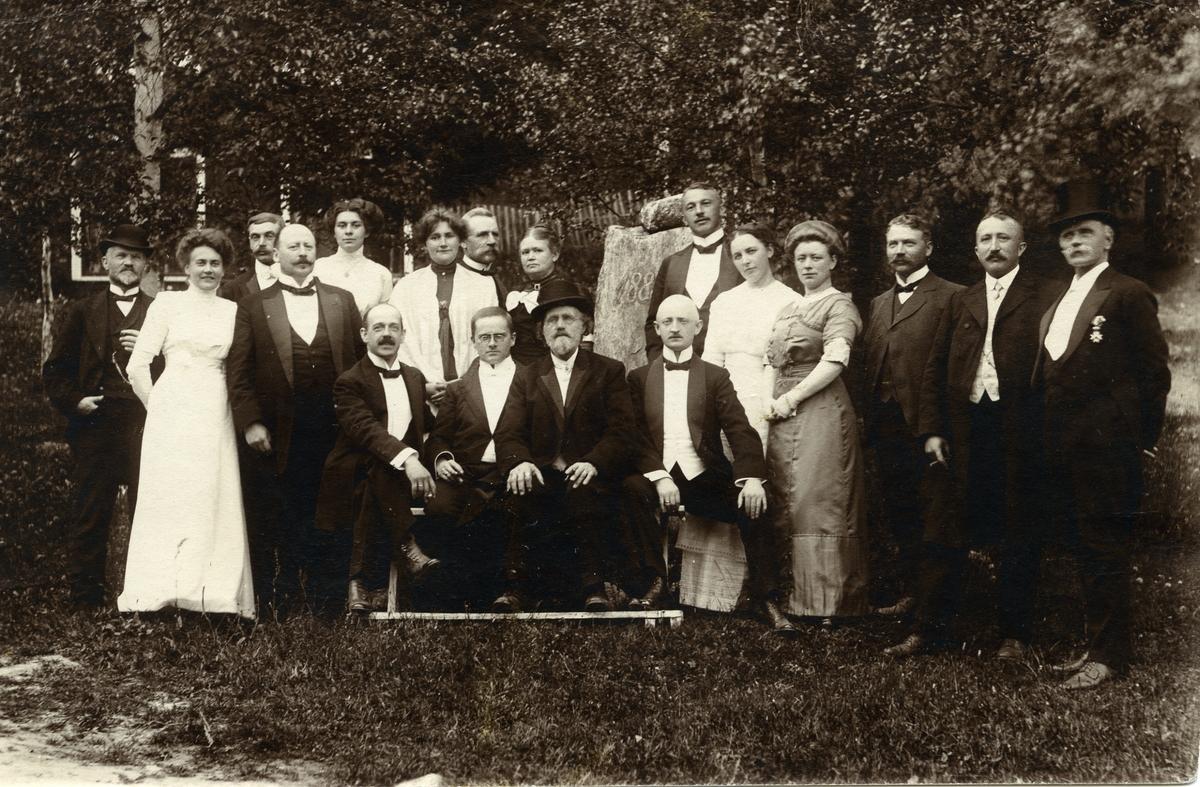 Møte i Valdres turistforening, sannyligvis i 1918 på Breidablikk. De er alle ikledd finstasen.