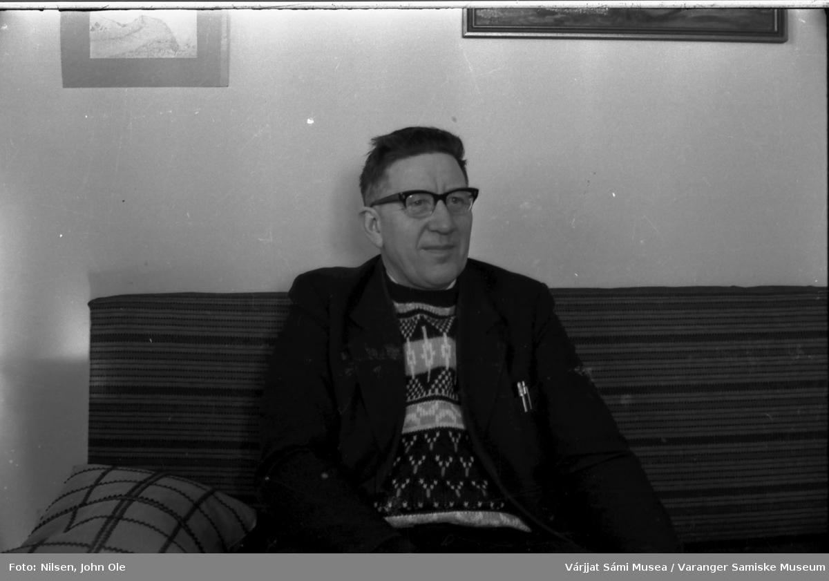 Tormod Jonsen (sannsynligvis) sitter på sofaen hjemme hos Signe og John Ole Nilsen i Bunes. 1967.