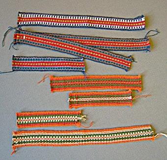 Fyrtioåtta stycken prover på vävda band i bomull och cottolin. Banden, i olika färger, mönster och bredder är vävda i rips. Varp och inslag i kulört och oblekt bomullsgarn och cottolin.  Första bilden visar WLHF-0367:1-7.  Andra bilden visar WLHF-0367:8-16. Tredje bilden visar WLHF-0367:17-26.  Fjärde bilden visar WLHF-0367:27-35.  Femte bilden visar WLHF-0367:36-43. Sjätte bilden visar WLHF-0367:44-48.  En dubblett till WLHF-0367:19 finns, se inv.nr. WLHF-0951. Samma inv.nr. innehåller också band liknande WLHF-0367:17-20 och WLHF-0367:46-47. Inv.nr. WLHF-0953 liknar band WLHF-0367:46. Inv.nr. WLHF-0954 är samma som band WLHF-0367:35. Inv.nr. WLHF-0955 är samma som band WLHF-0367:30. Inv.nr. WLHF-0957 är samma som band WLHF-0367:23 och liknar 367:21-22. Till inv.nr. WLHF-0951, 953-955 och 957 finns vävkalkyler daterade mellan 1970 till 1975.