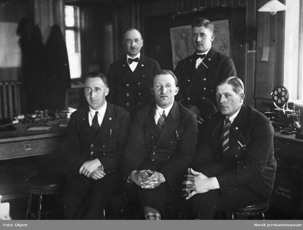 Elverum stasjon - gruppebilde av fem menn på stasjonskontoret