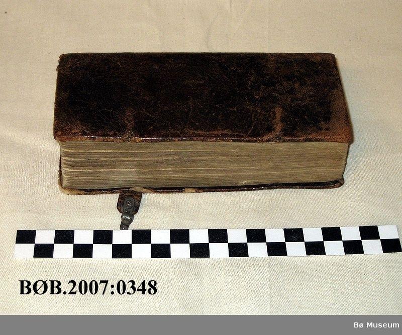 Salmebok som har skinninnbinding og restar av lås. Gotisk skrift