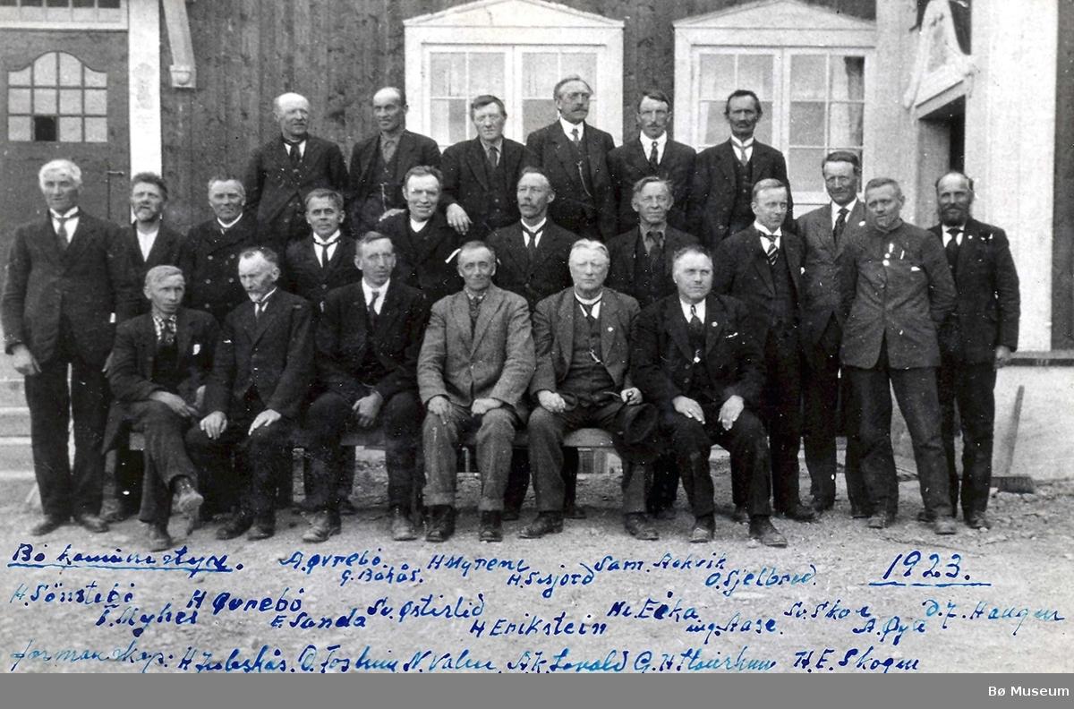 Bø heradstyre 1923 foran Realskulen.