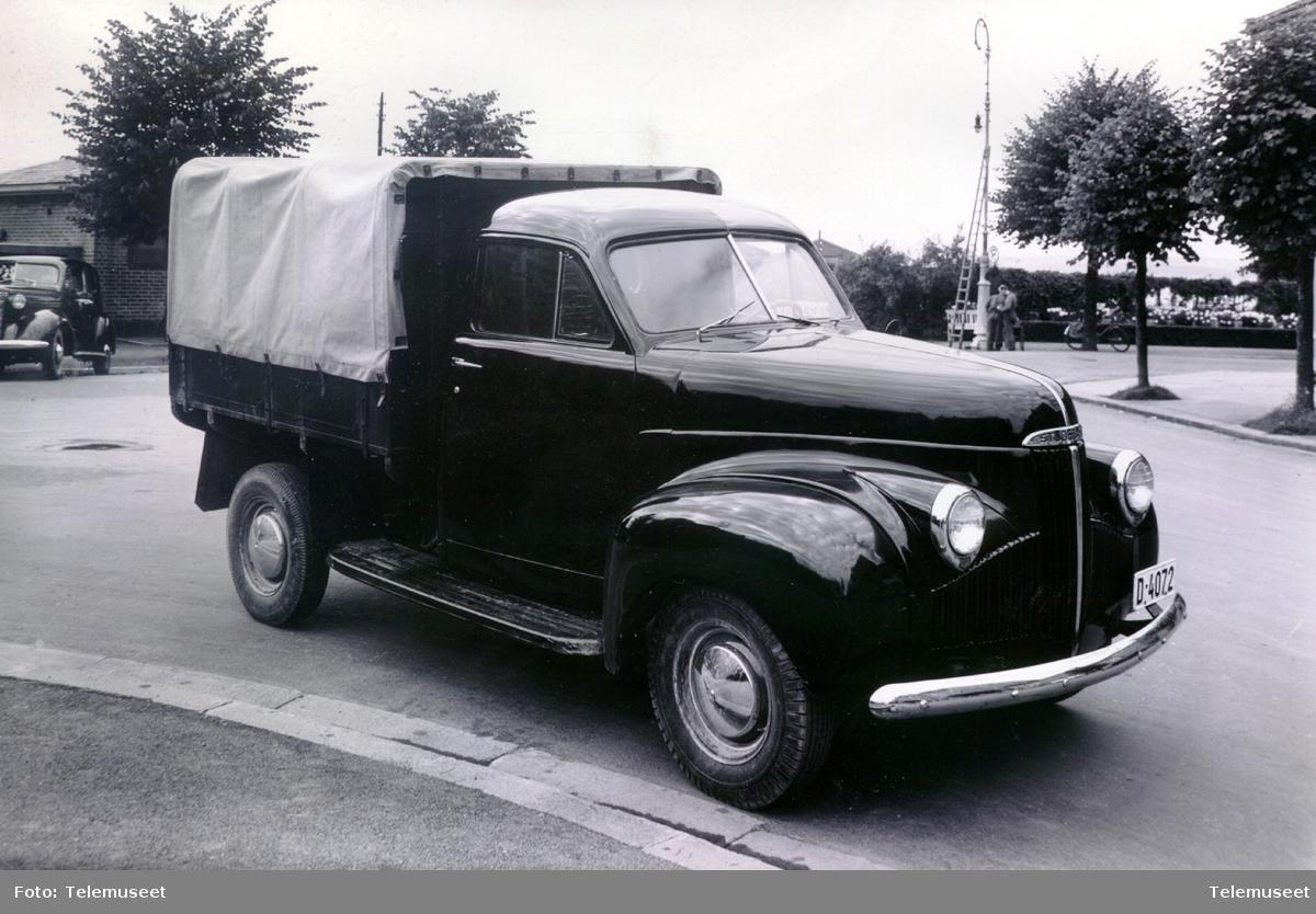Studbaker lastebil med presenning, D-4072 ved brygga i Hamar aug 1948. Brukt av kabelgjengen.