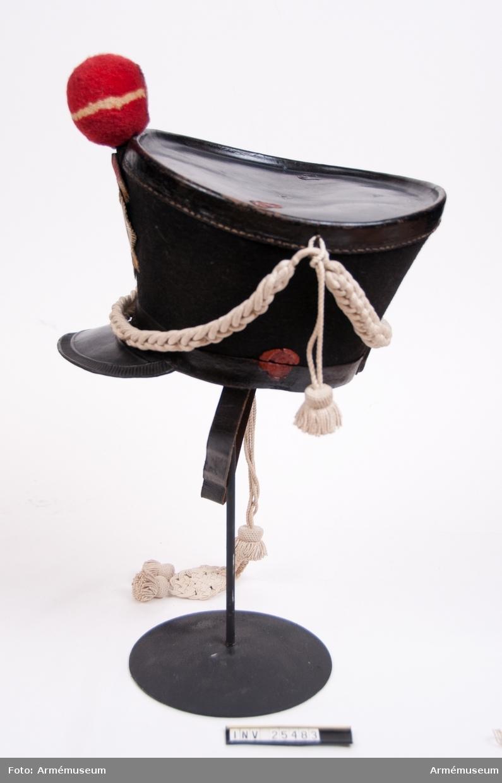 Grupp C I. Ur uniform för manskap vid indelta infanteriet; 1816-1829. Består av jacka, byxa, tschakå, pompong, kordong, vapenplåt, skärp, halsduk, patronkök, bandolärrem, skor, damasker, bajonettbalja.
