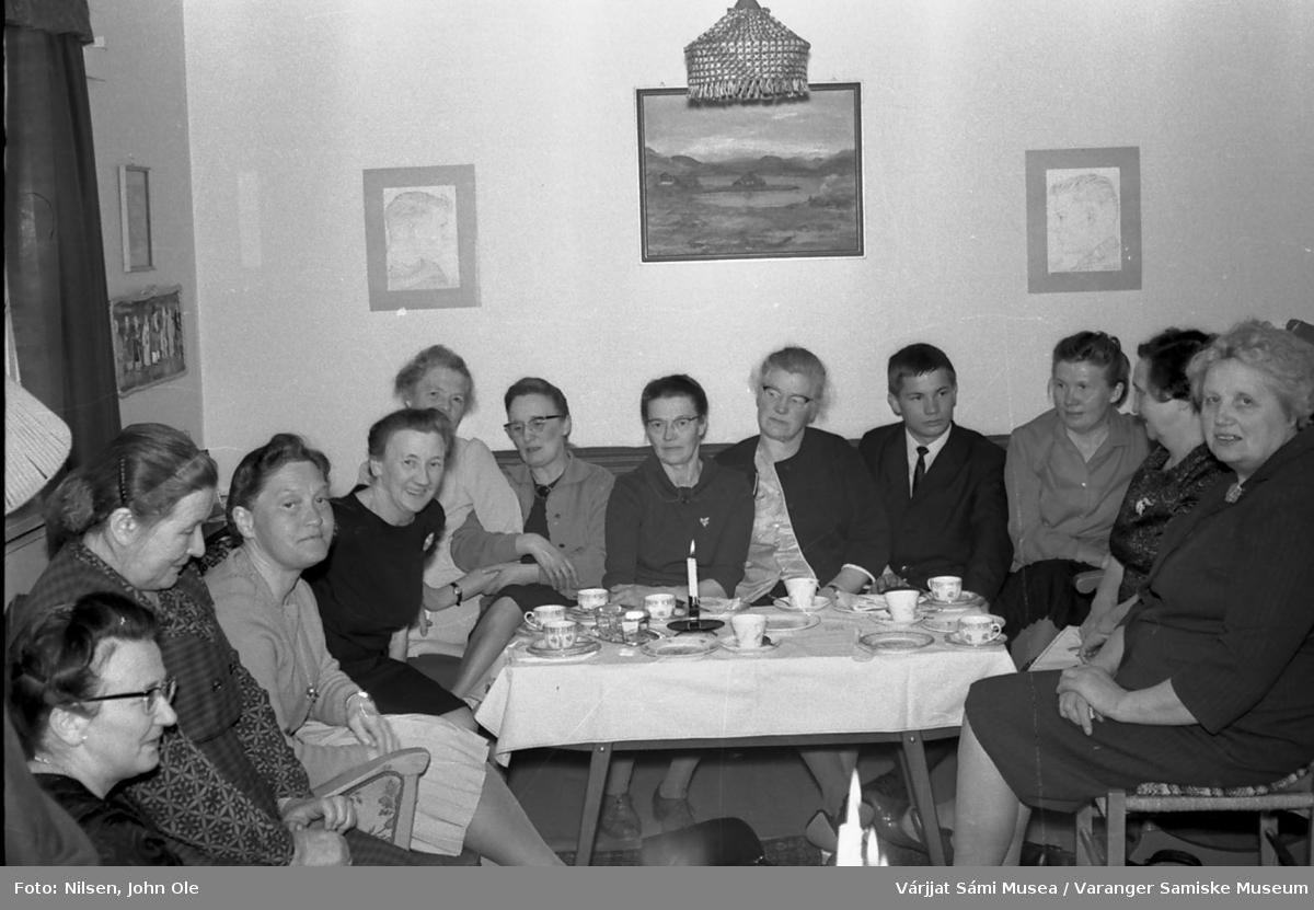 Bursdagsselskap, i anledning Signe Nilsens 50-årsdag, hjemme hos Signe og John Ole Nilsen i Bunes. Fra venstre: Agnes Øwre, Magga Andersen, ukjent, Magnhild Sivertsen, ukjent, ukjent,, Signe Nilsen, Olga Fredriksen, Oleif Nilsen, Oline Nilsen, Ellen Mikkelsen og ukjent. 10. april 1967.