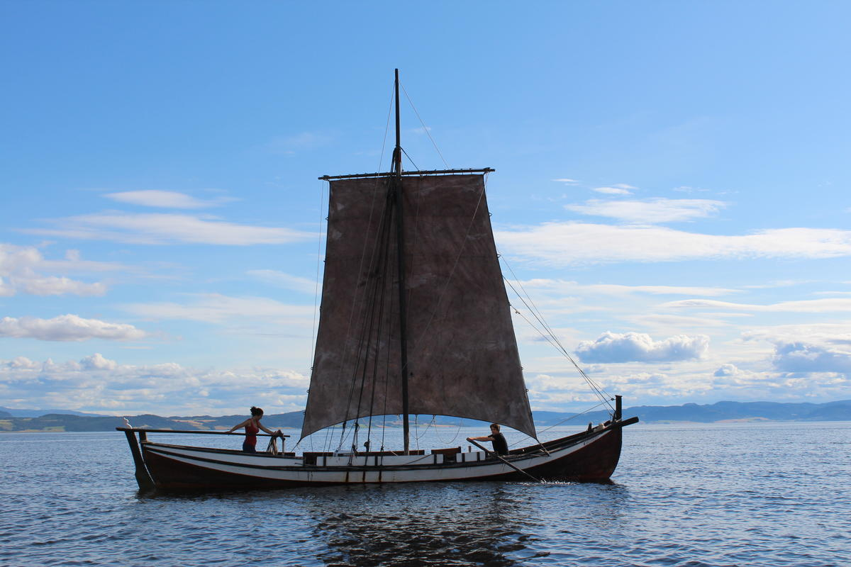 Åfjordsbåt. Læstabåt, 32-38 ft. This one is sqare rigged with a main sail and a topsail. (The topsail is not in use in the picture, but you can see the high mast).