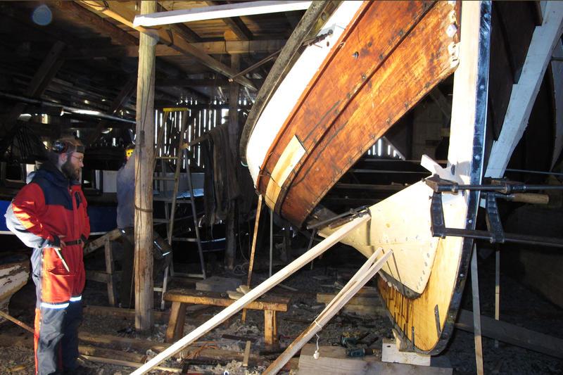 Bytting av bord på fembøringen Munin. (Foto/Photo)