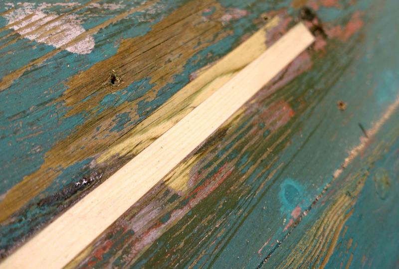 Ved små sprekker kan ei lusing være nok: å frese ut et spor i båtbordet, og legge inn et nytt trestykke.
