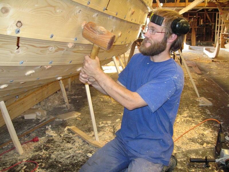 Børsabåten Eivind under bygging. Bordene er klinket sammen med jernsaum, og band og beter er festet med treplugger som kiles fast. (Foto/Photo)