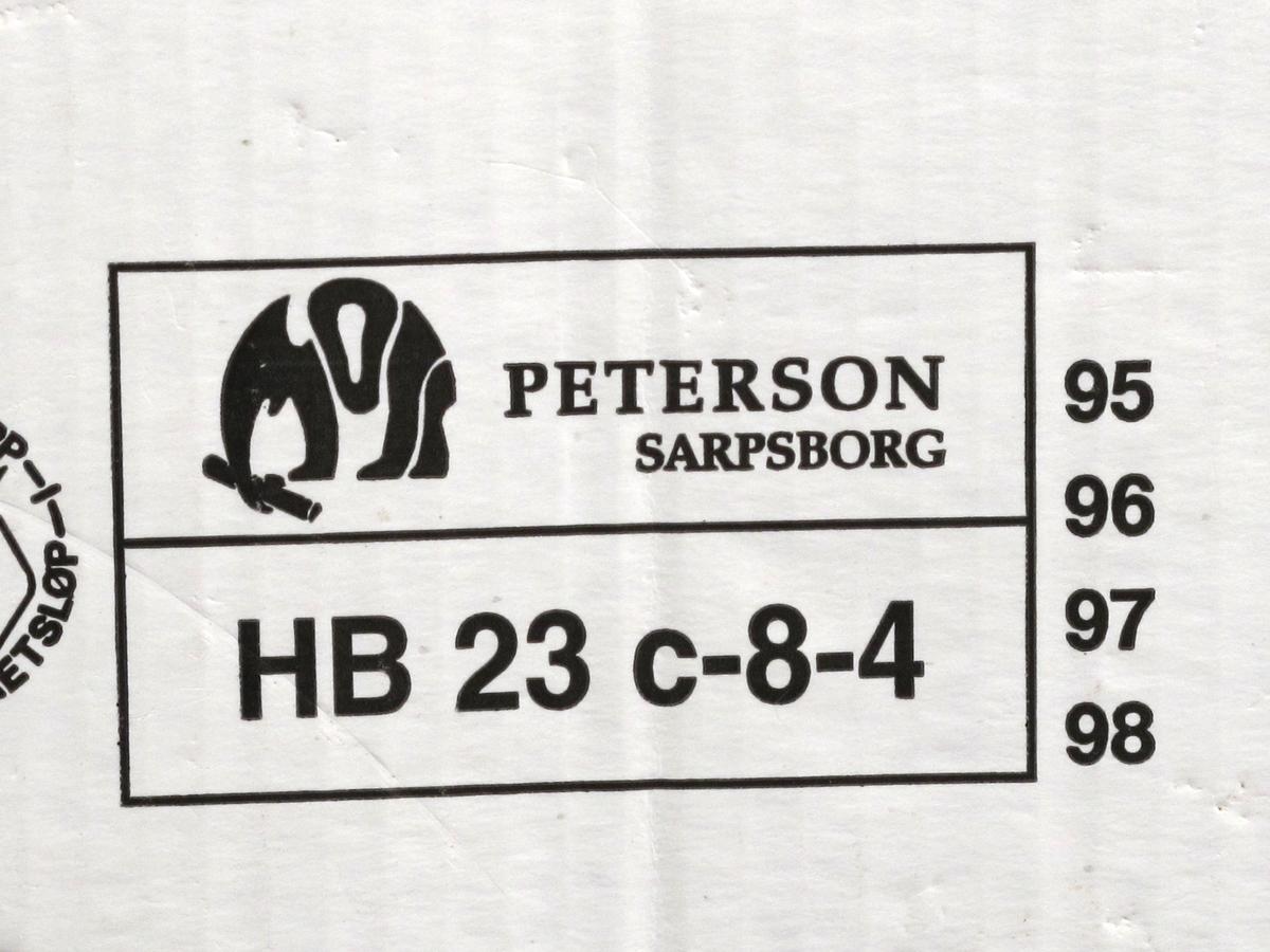 Eske av kartong, til 5 pakker surkål à 450 g. 3 sider med vareopplysninger og firmalogo, kortsidene med  strekkode.
