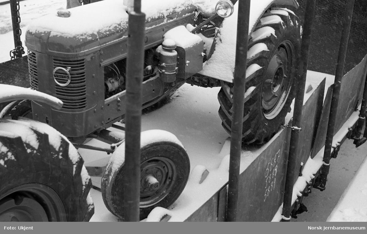 Nye Volvo-traktorer lastet på plattformvogn