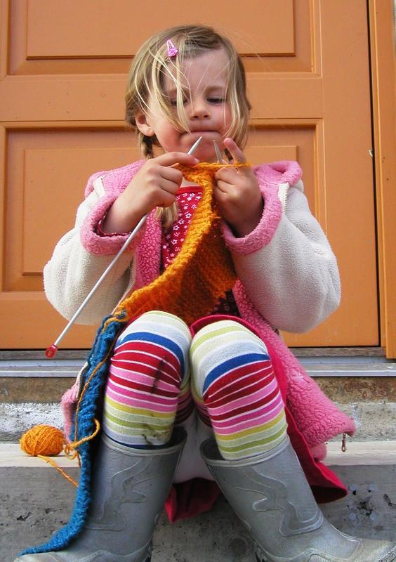 Jente som strikker (Foto/Photo)