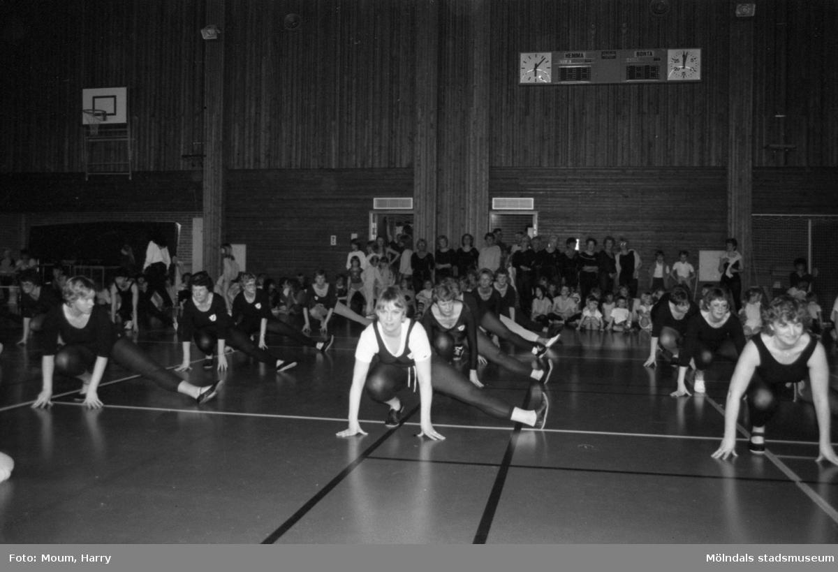 Kållereds Gymnastikförening har uppvisning i Ekenhallen i Kållered, år 1984.  För mer information om bilden se under tilläggsinformation.