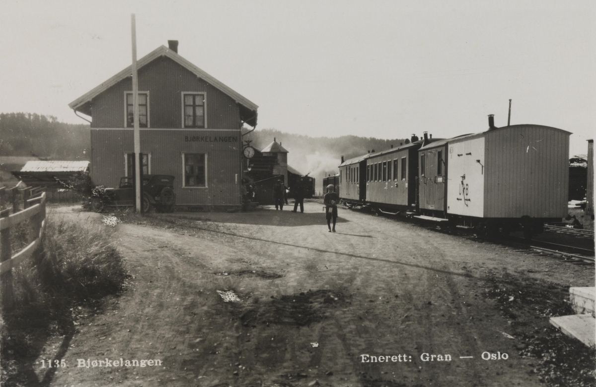 Bjørkelangen stasjon med tog til Sørumsand i spor 1. Skiftebevegelser med damplokomotivet i spor 2. Nærmest fotografen godsvogn S 10.