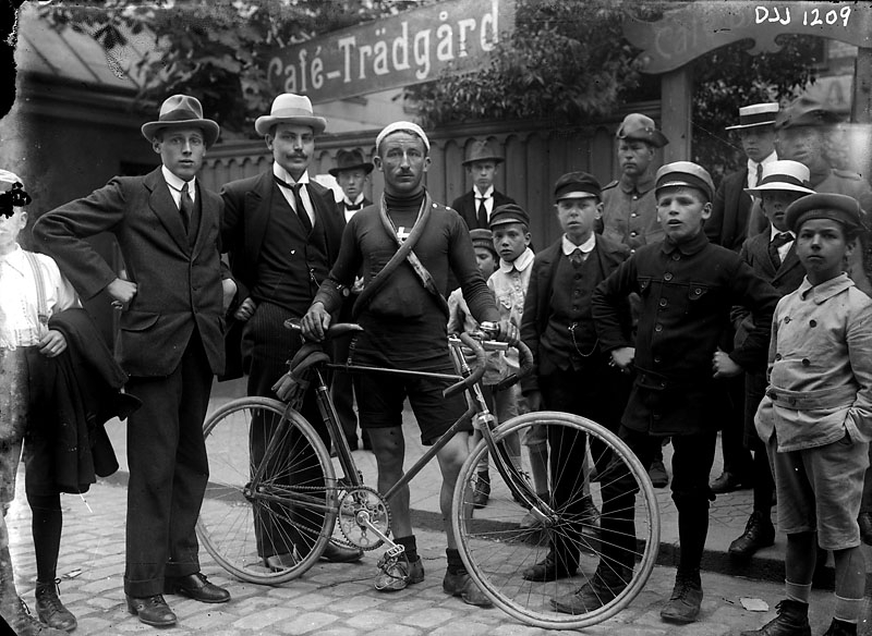 En grupp människor runt en cyklist 1917.